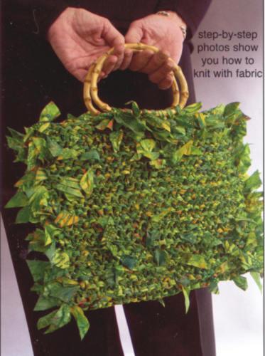 связать крючком маленькую летнюю сумочку.